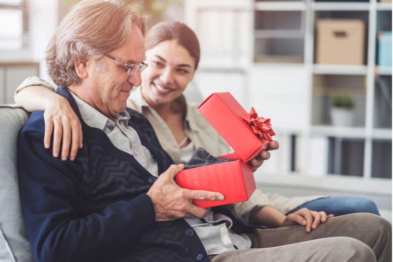 Jeune fille offre un cadeau à son père