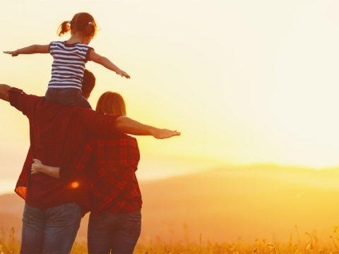 un homme et une femme avec un enfant