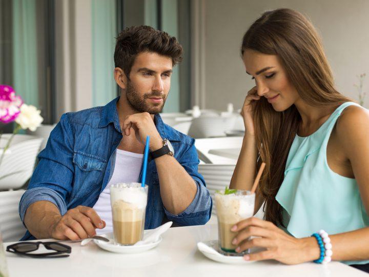 un homme et une femme s'assoient et boivent du chocolat chaud