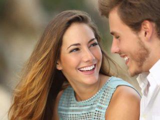 un homme et une femme se regardent et rient