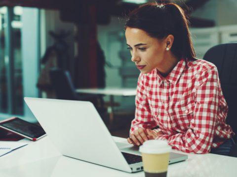 femme assise devant un ordinateur portable