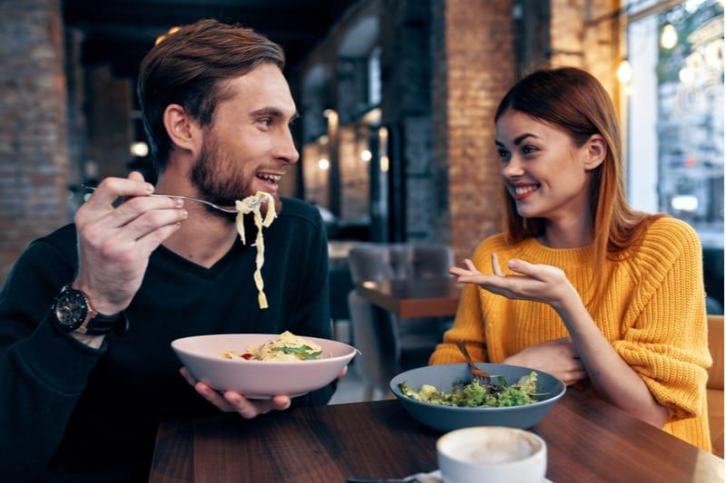 Un homme et une femme déjeunent dans un café