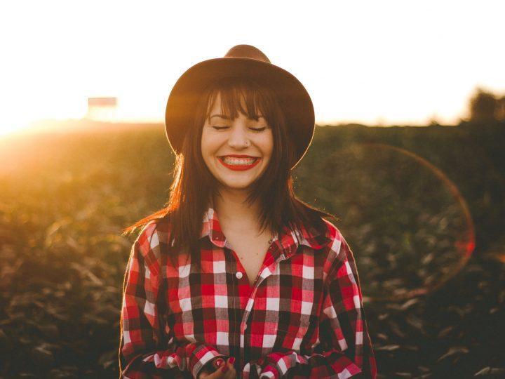 femme souriante portant un chapeau