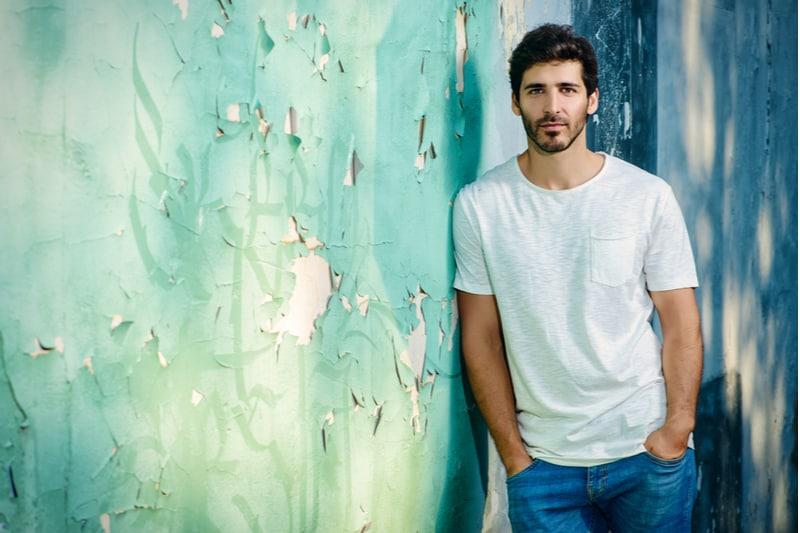 beau jeune homme en jeans et t-shirt blanc