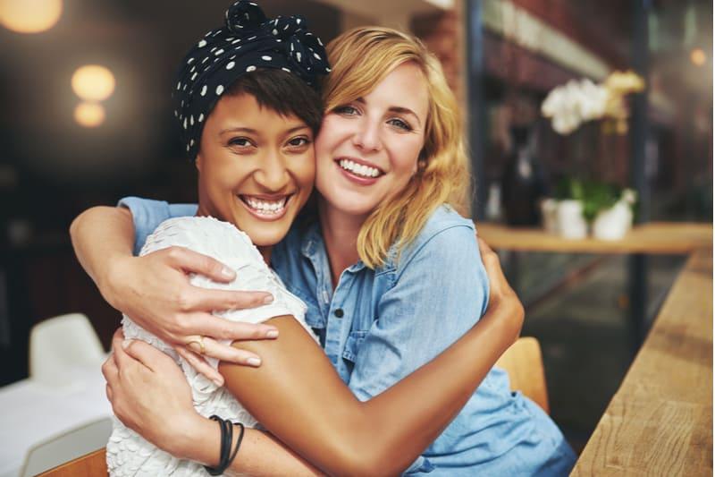 deux femmes embrassant rire