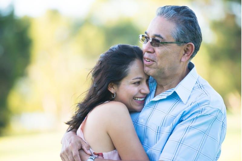 fier père hispanique câlins heureux fille adulte