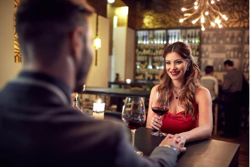 fille avec petit ami fête son anniversaire au restaurantPremier Rendez-vous : 15 Astuces Pour Séduire Au Tout Début