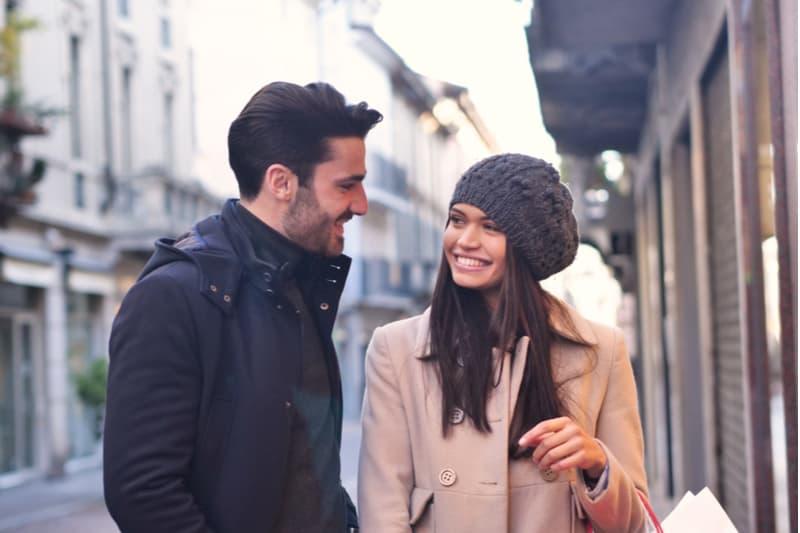 jeune couple marchant et parlant