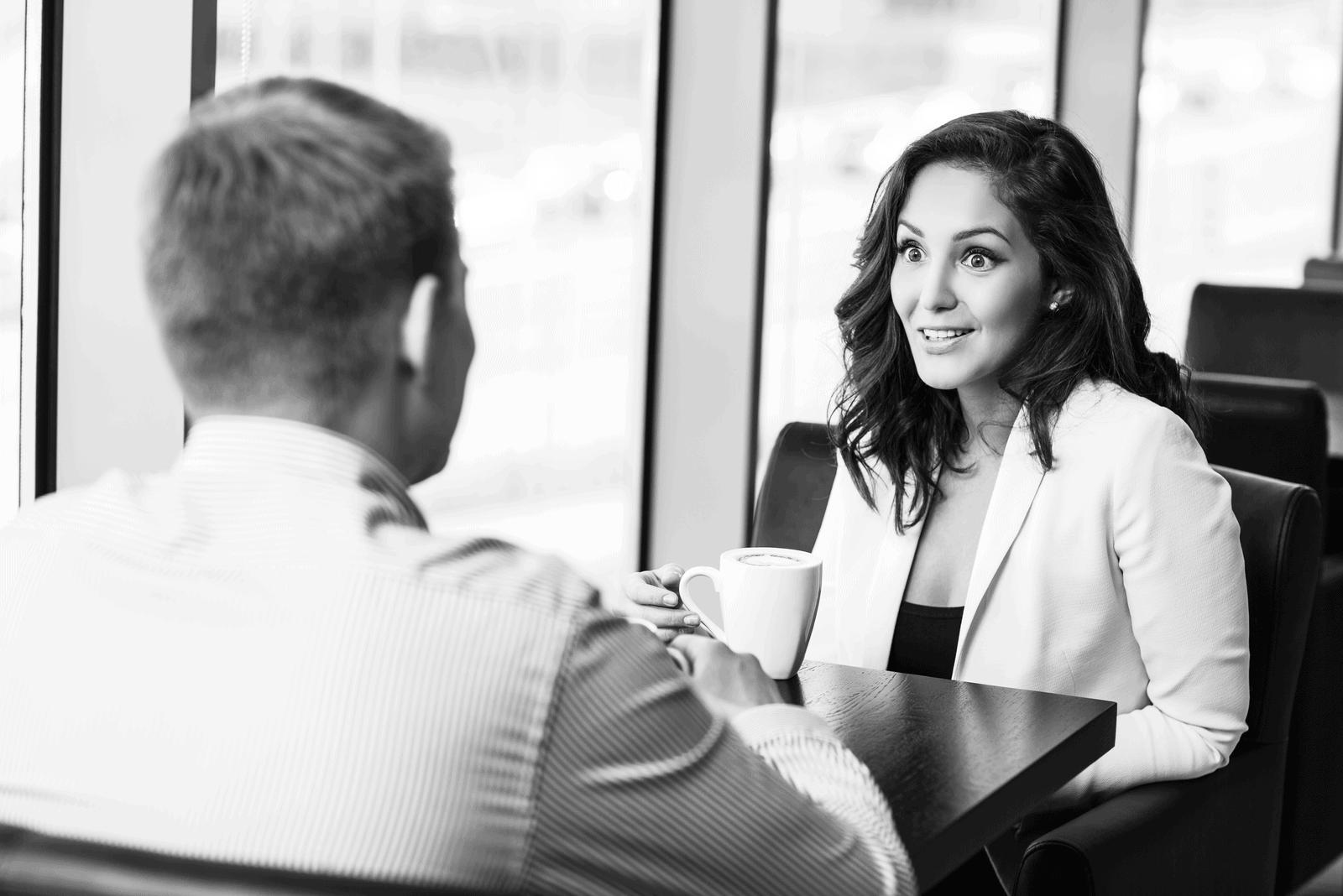 la femme regarde l'homme pendant qu'ils parlent