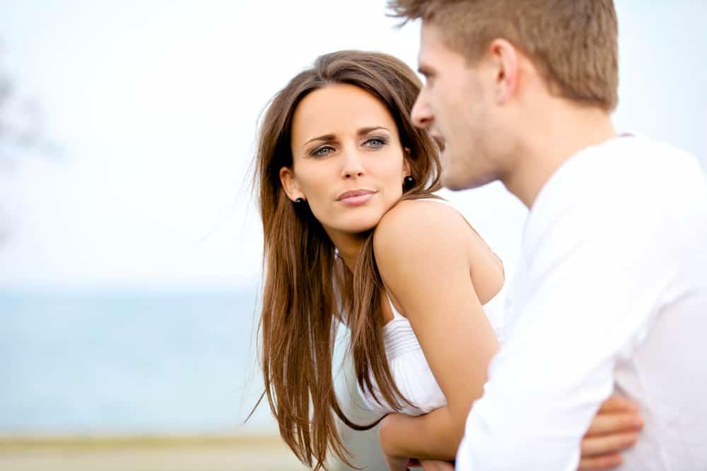 la femme regarde l'homme