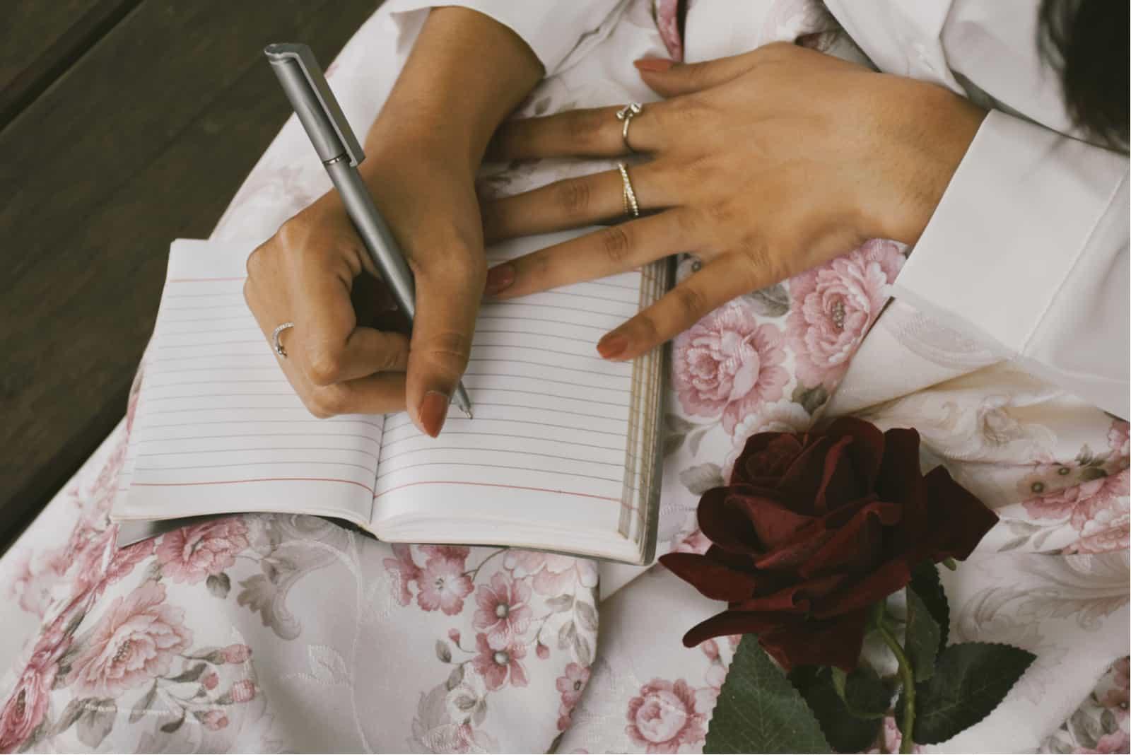 la femme s'assied et écrit