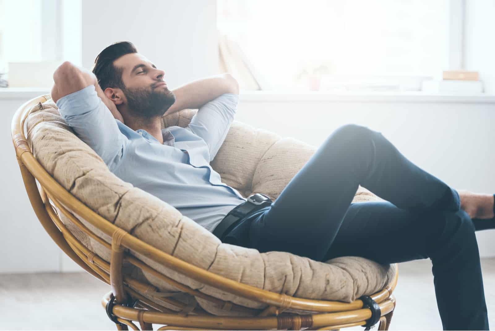 l'homme est allongé dans un fauteuil