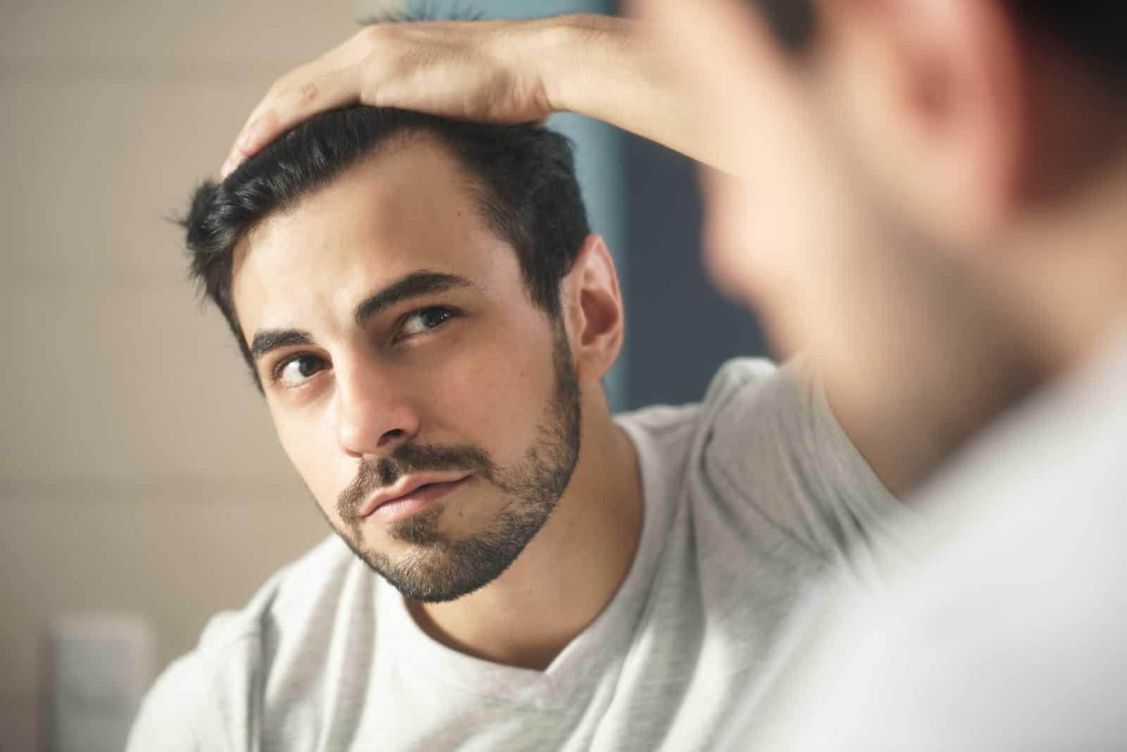 l'homme regarde dans le miroir