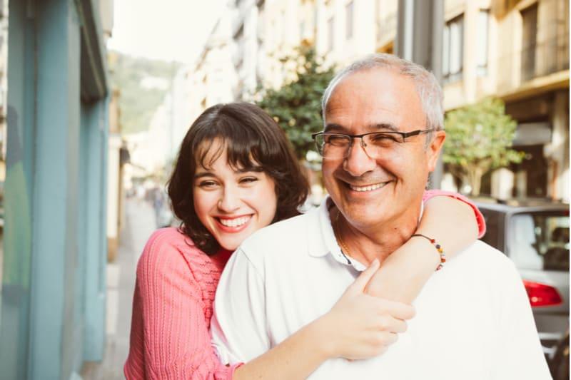 père mature avec sa jeune fille riant dans la rue