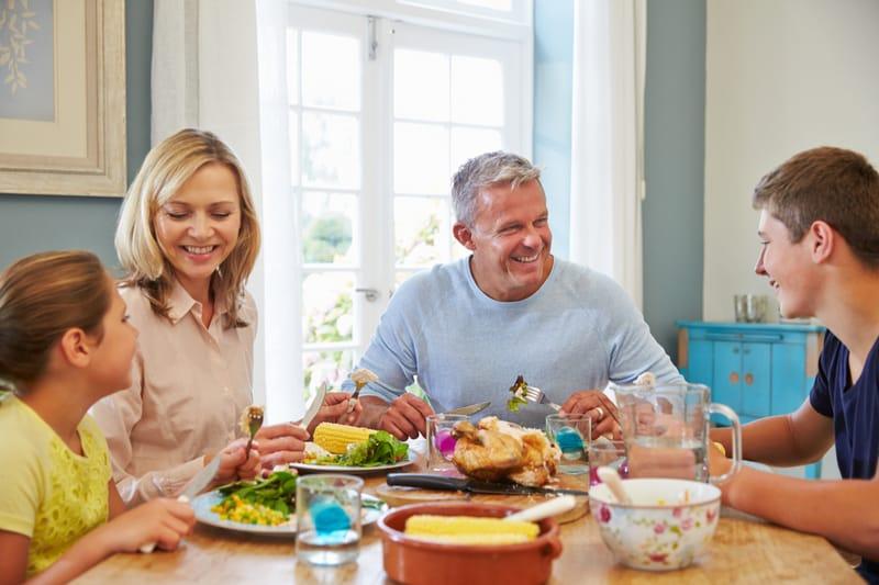 un homme et une femme à une table avec des enfants