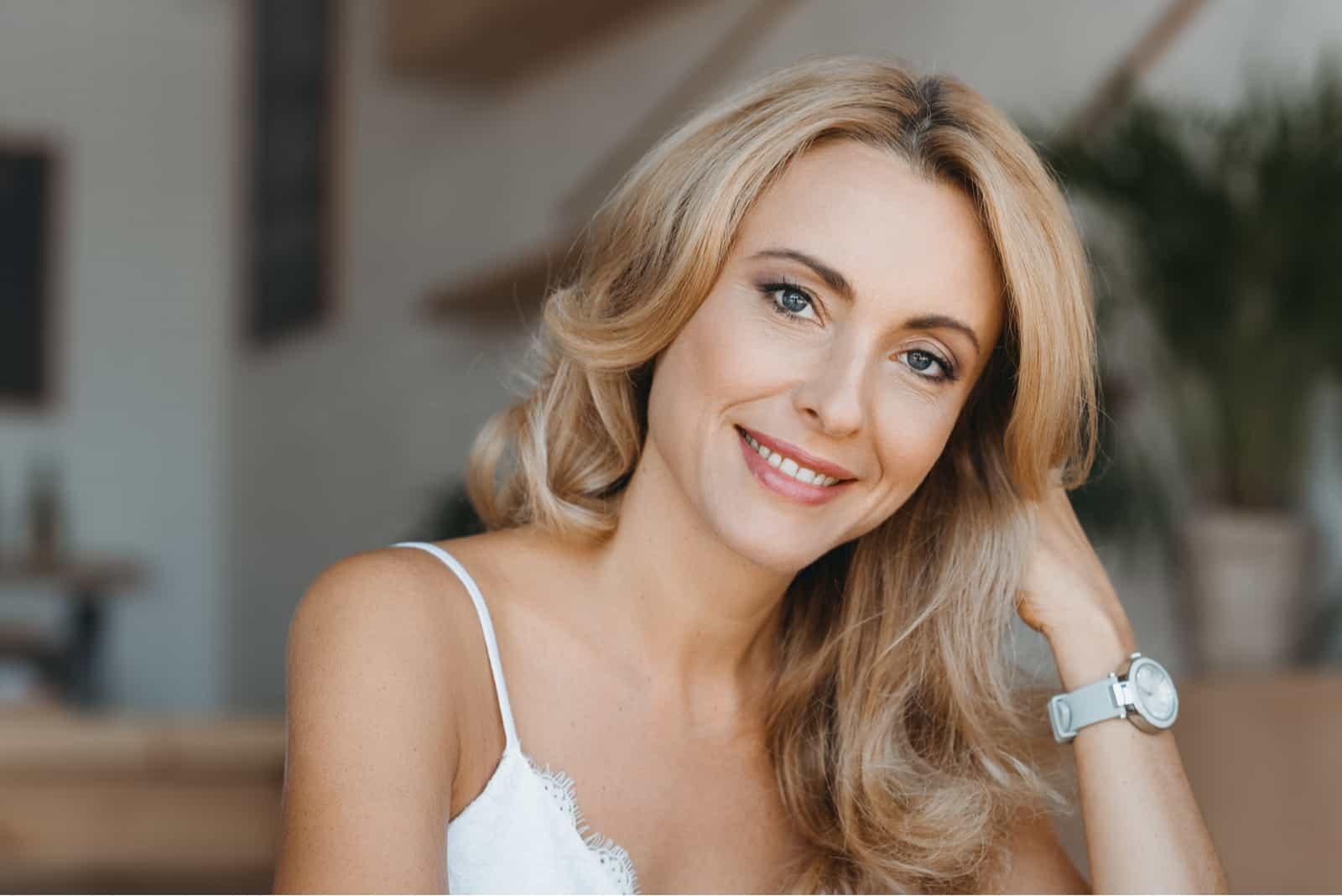 une femme aux longs cheveux blonds