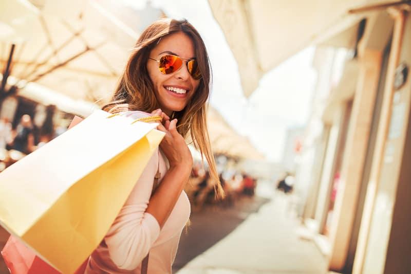 une femme avec des sacs à la main