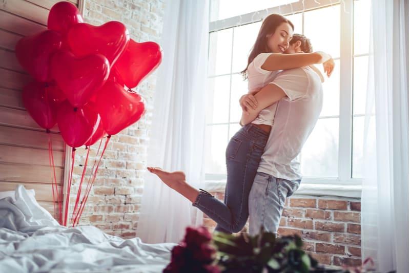 une femme embrasse un homme