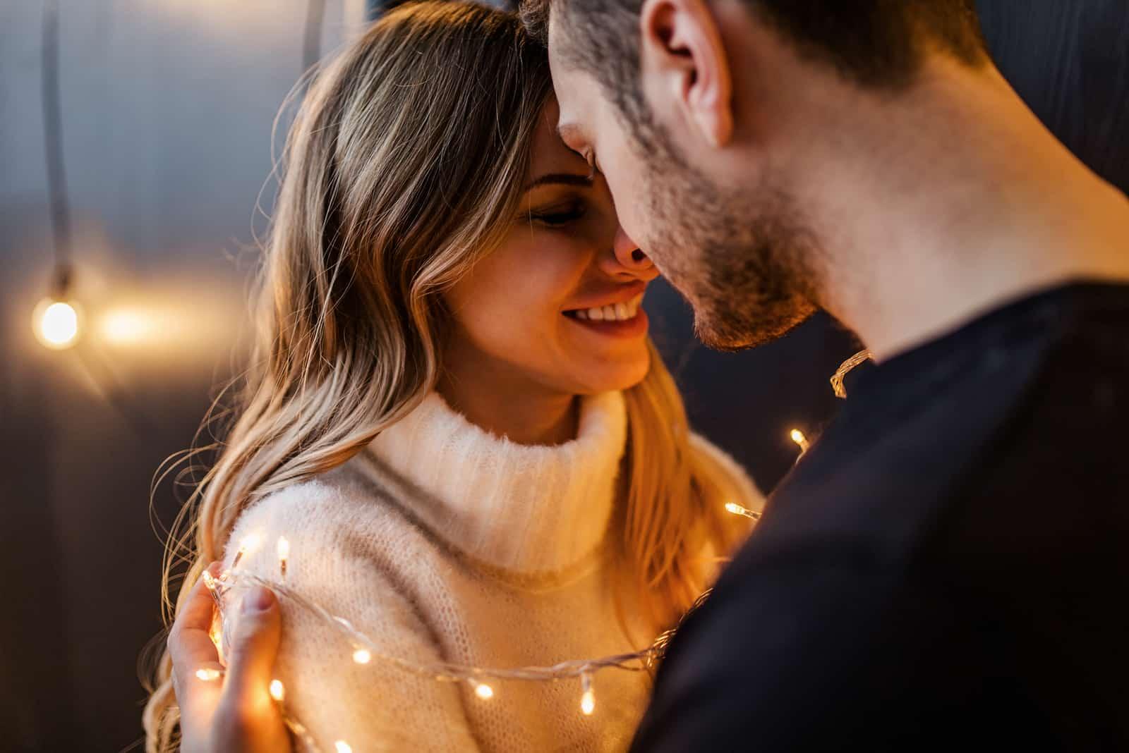 Jeune couple amoureux embrasse chacun