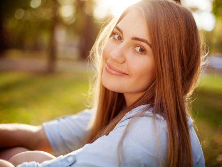 une femme aux longs cheveux bruns