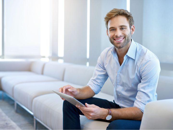 un homme est assis avec des paires à la main