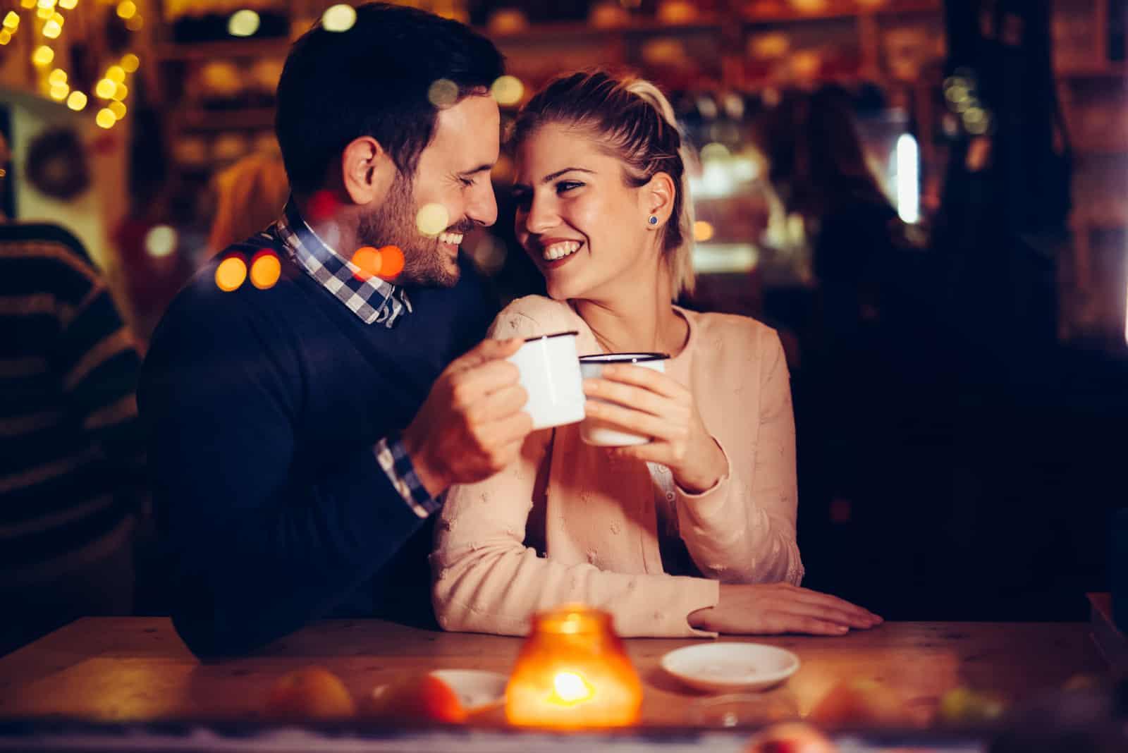 couple heureux à une date dans un pub
