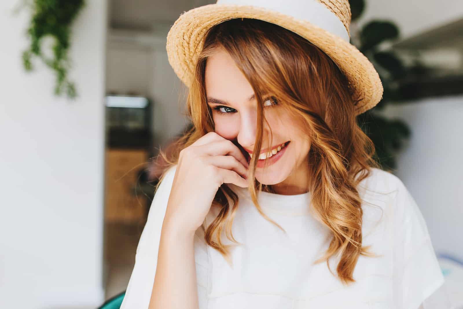 heureux, jeune femme, sourire, et, espiègle, regarder appareil-photo