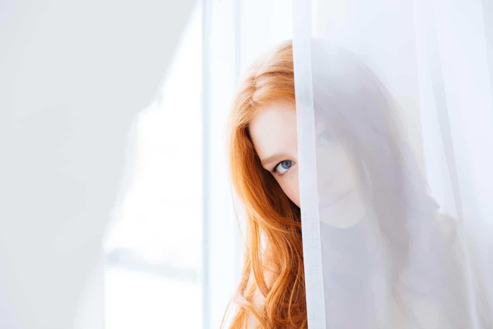 jolie jeune femme aux longs cheveux roux