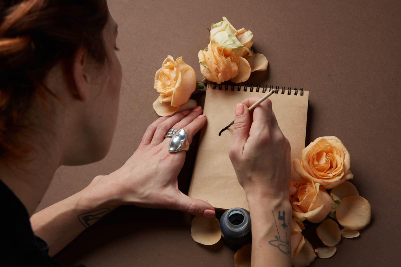 la femme écrit une lettre assise