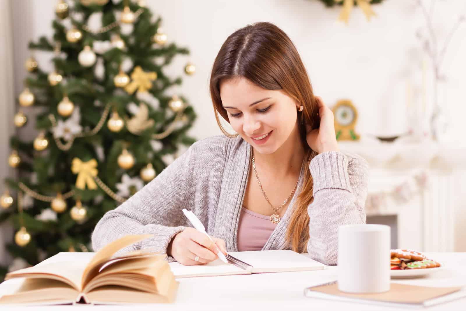 la femme rit en écrivant la lettre