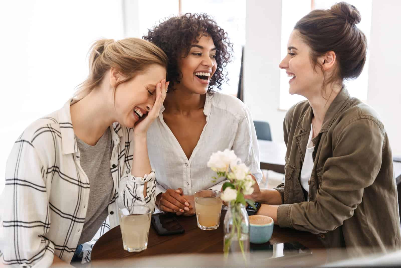 trois amis s'assoient et rient