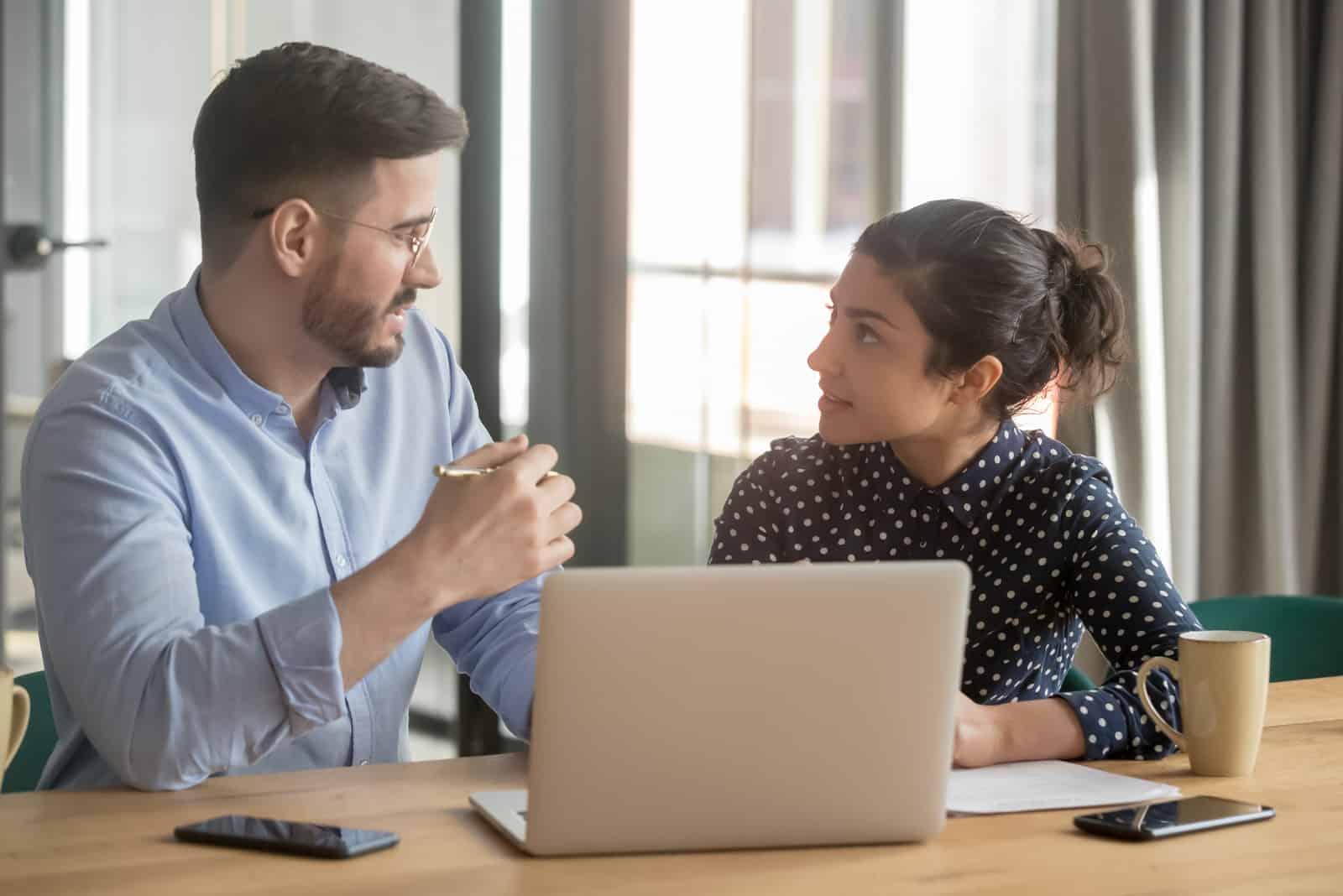un homme et une femme parlant sur un ordinateur portable