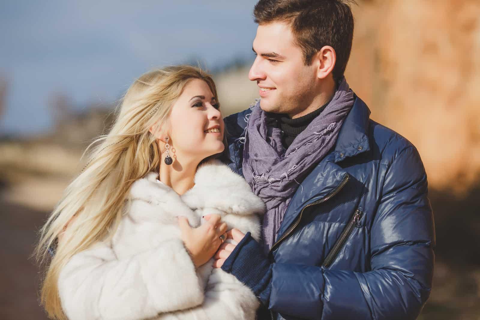 un jeune couple amoureux étreignant dehors