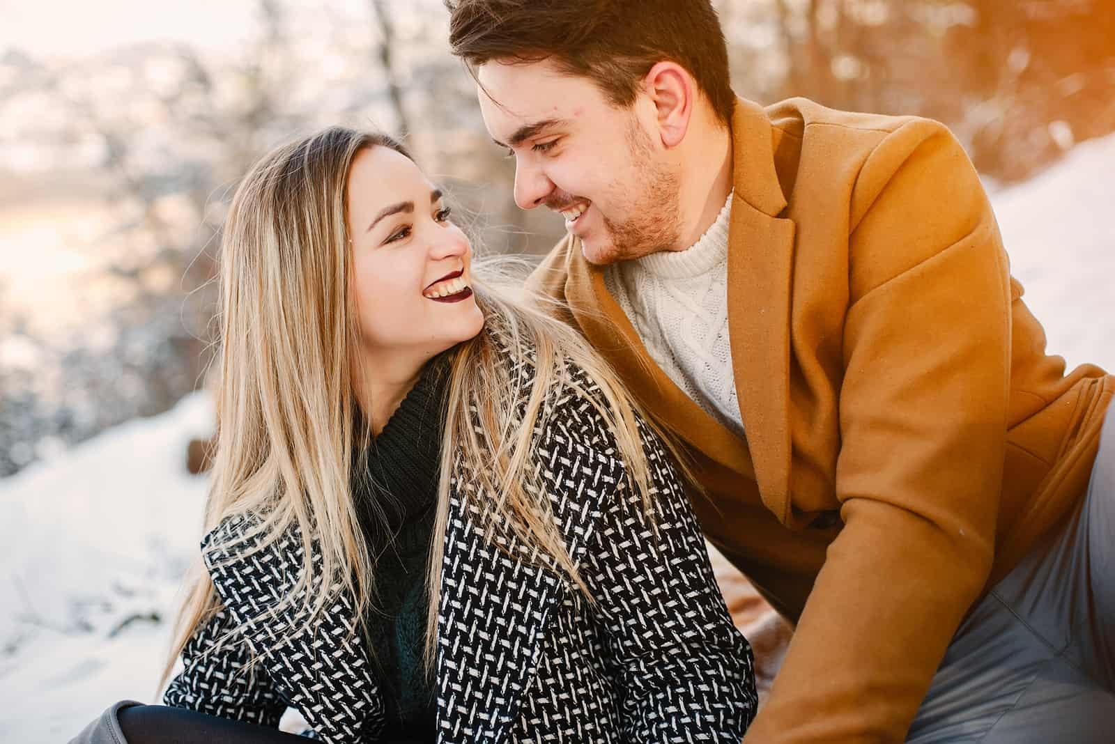 un portrait d'un couple heureux amoureux
