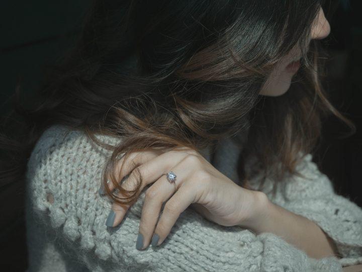une fille avec une bague de fiançailles