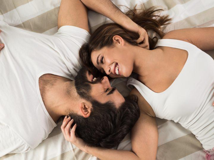 l'homme et la femme sont embrassés