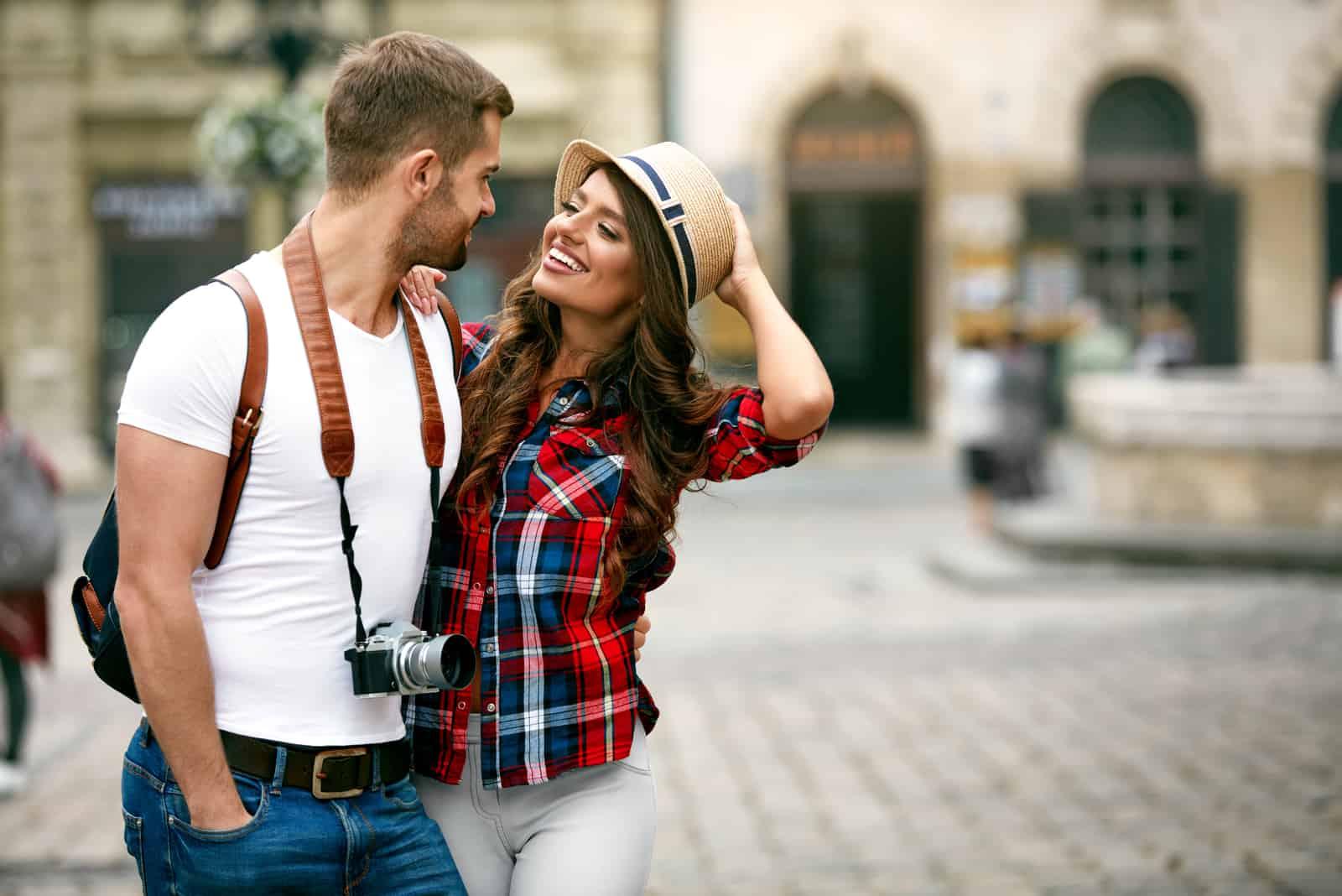 Couple amoureux marchant ensemble dans la rue