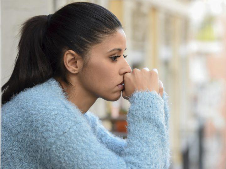 une femme imaginative aux longs cheveux noirs attachés