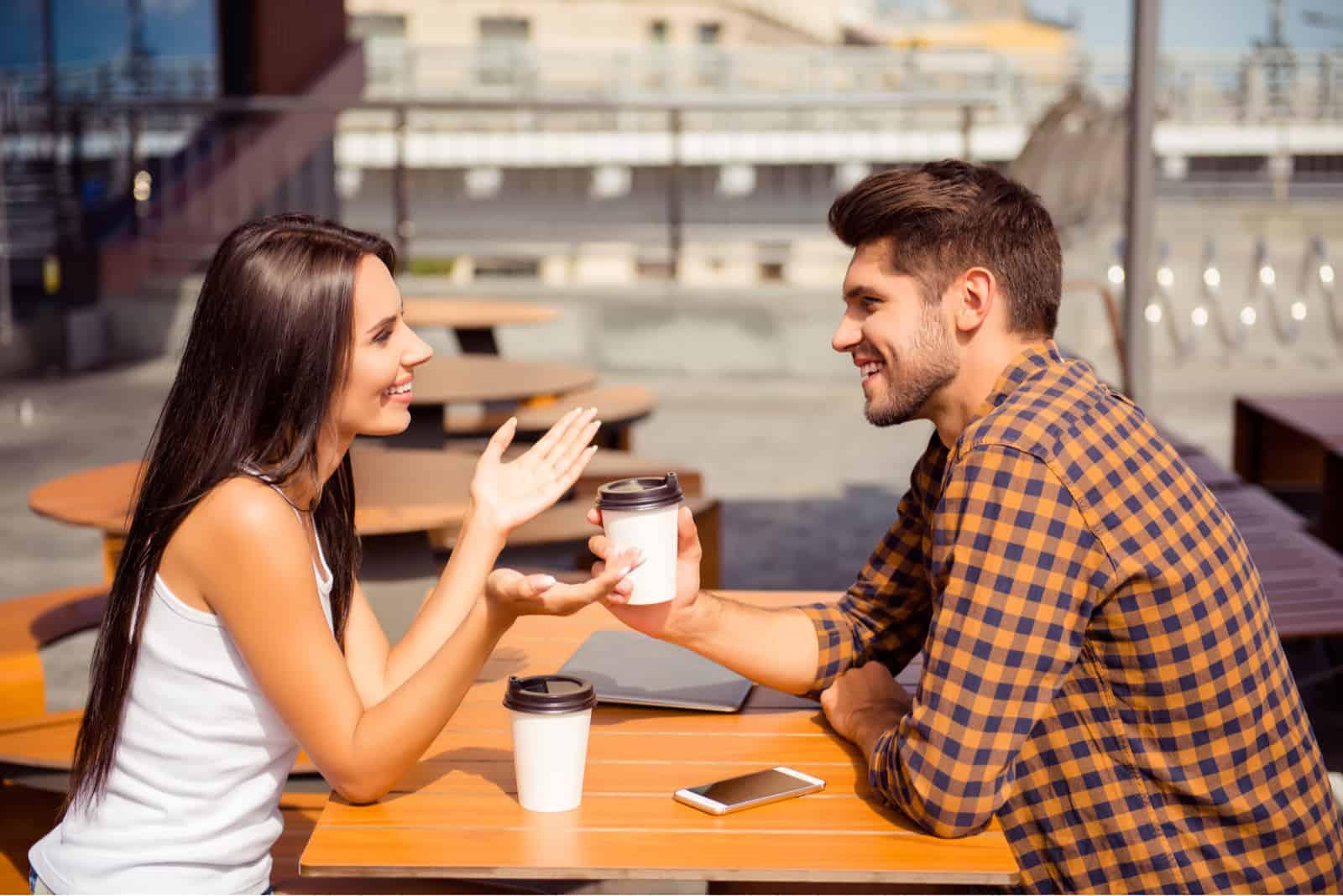 Jeune couple, avoir date, dans, café