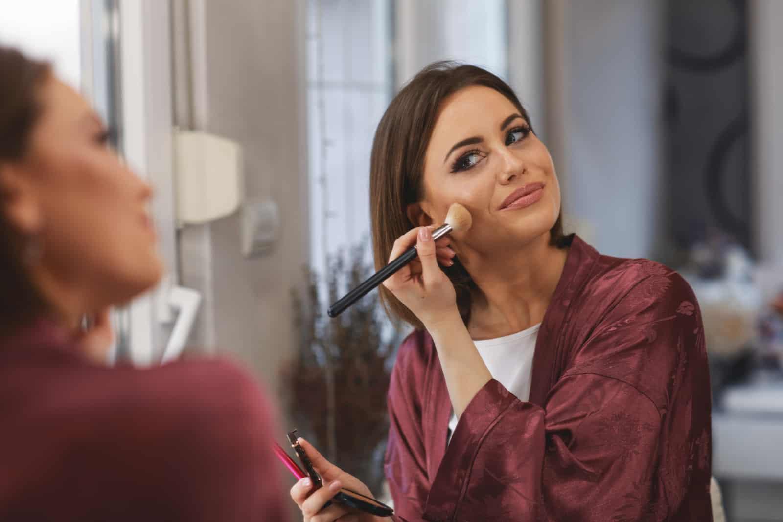 Jeune femme, maquillage, sur, figure, chez soi
