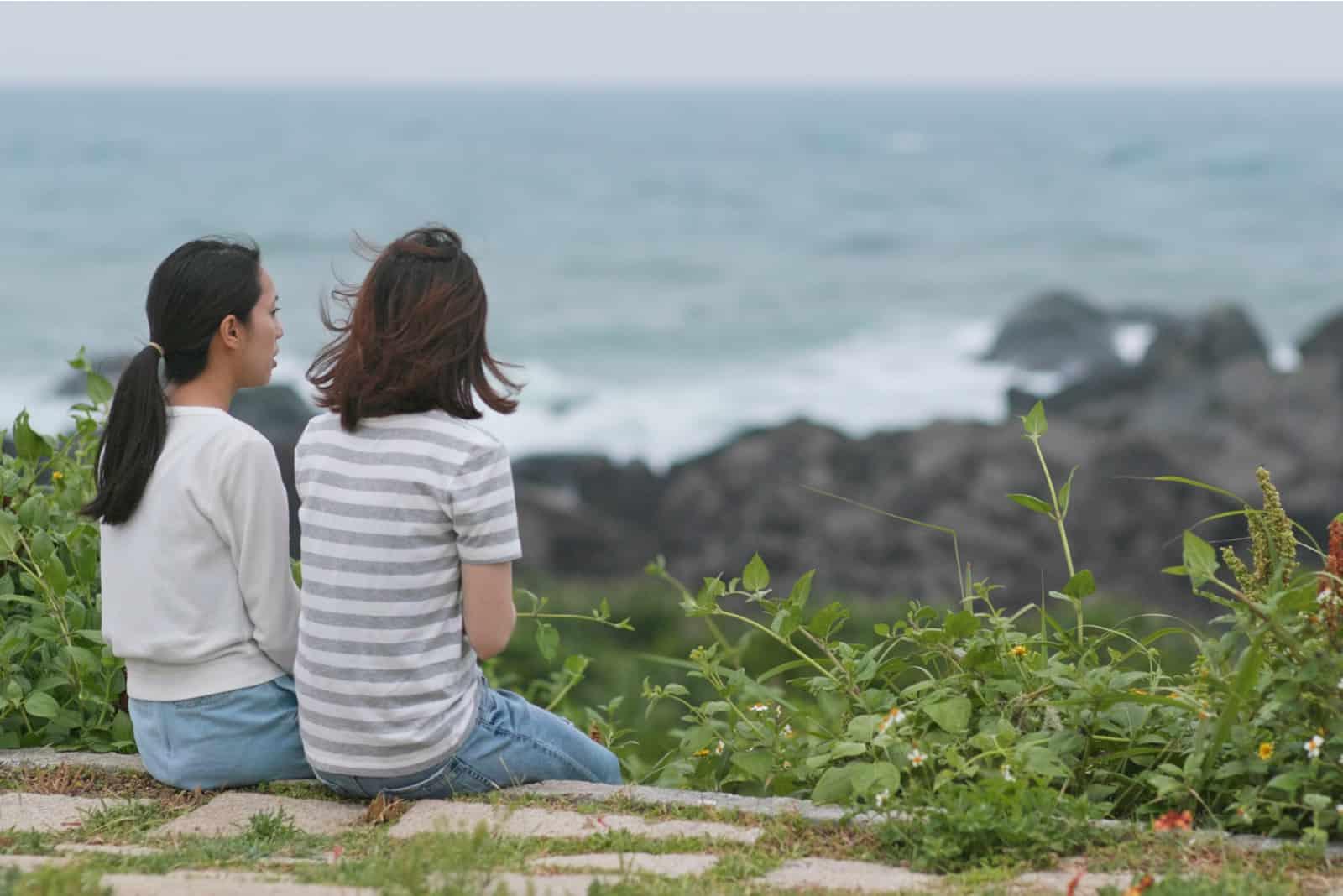 Jeunes femmes bavardant et assis