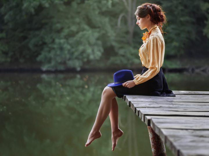 femme assise sur une jetée