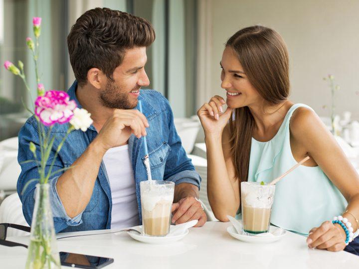 l'homme et la femme s'assoient et rient