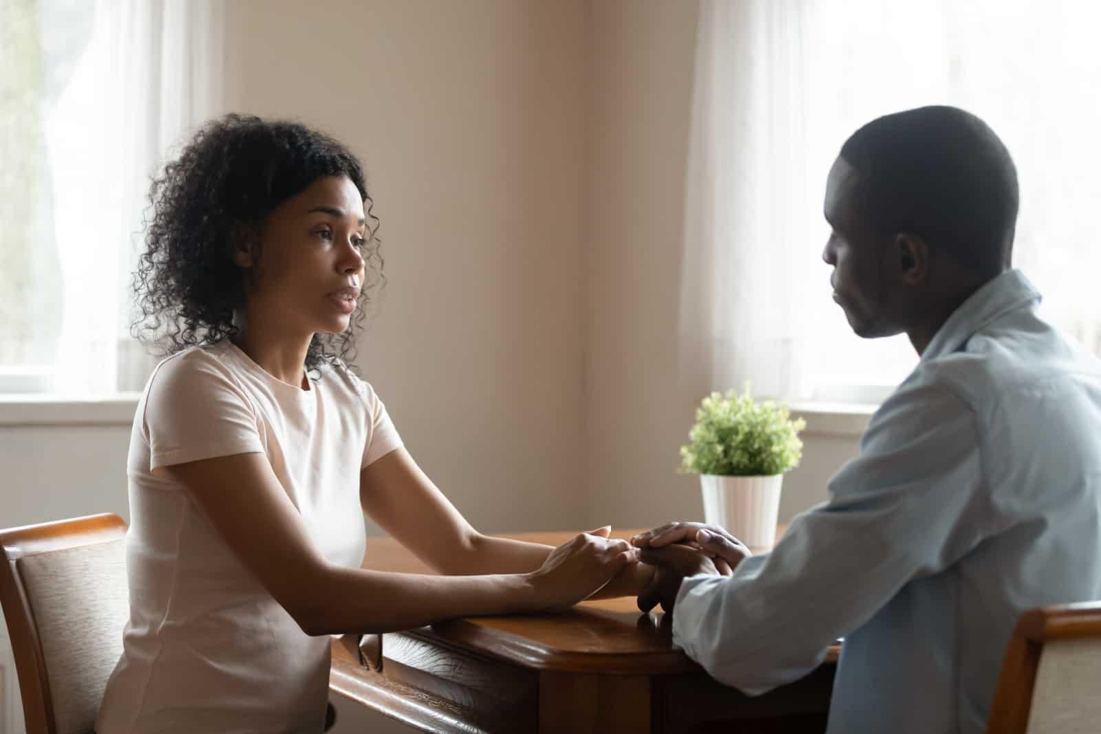couple parlant à une table