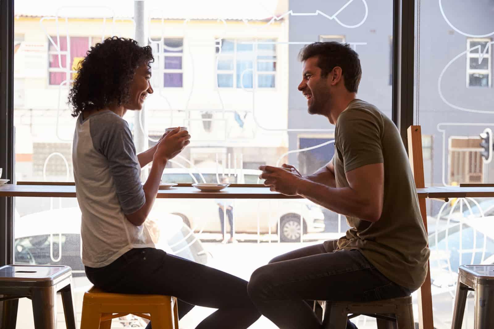couple parlant dans un bar à café