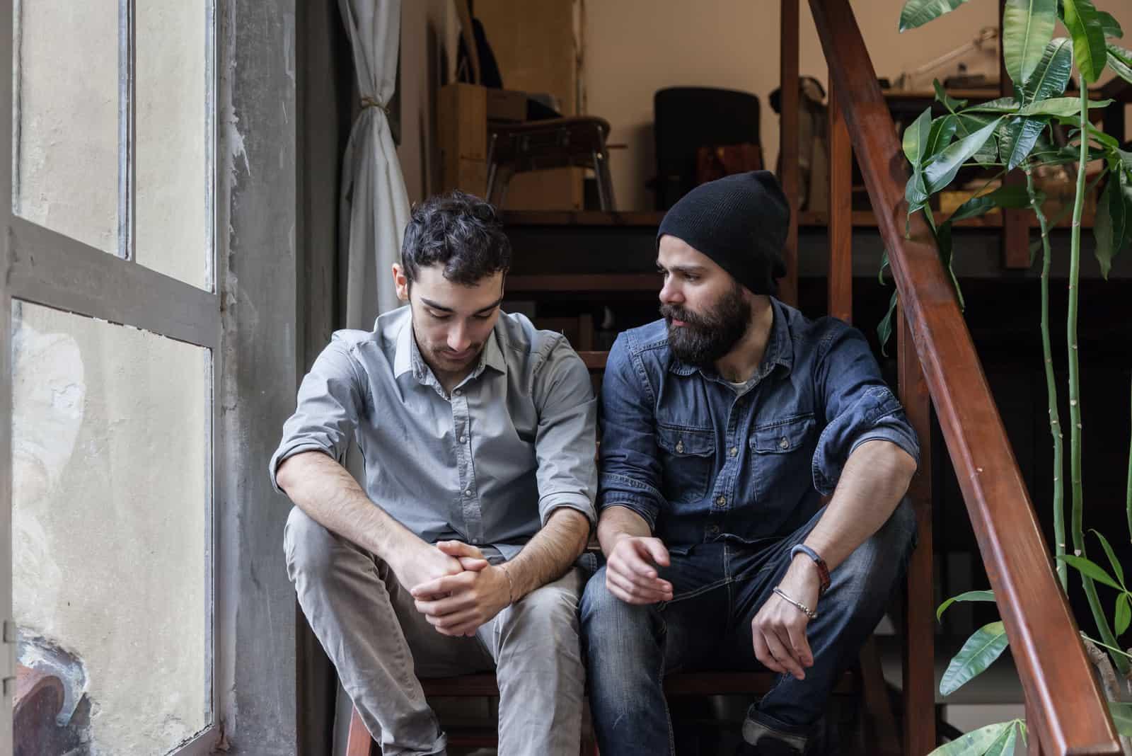deux hommes assis et parlant