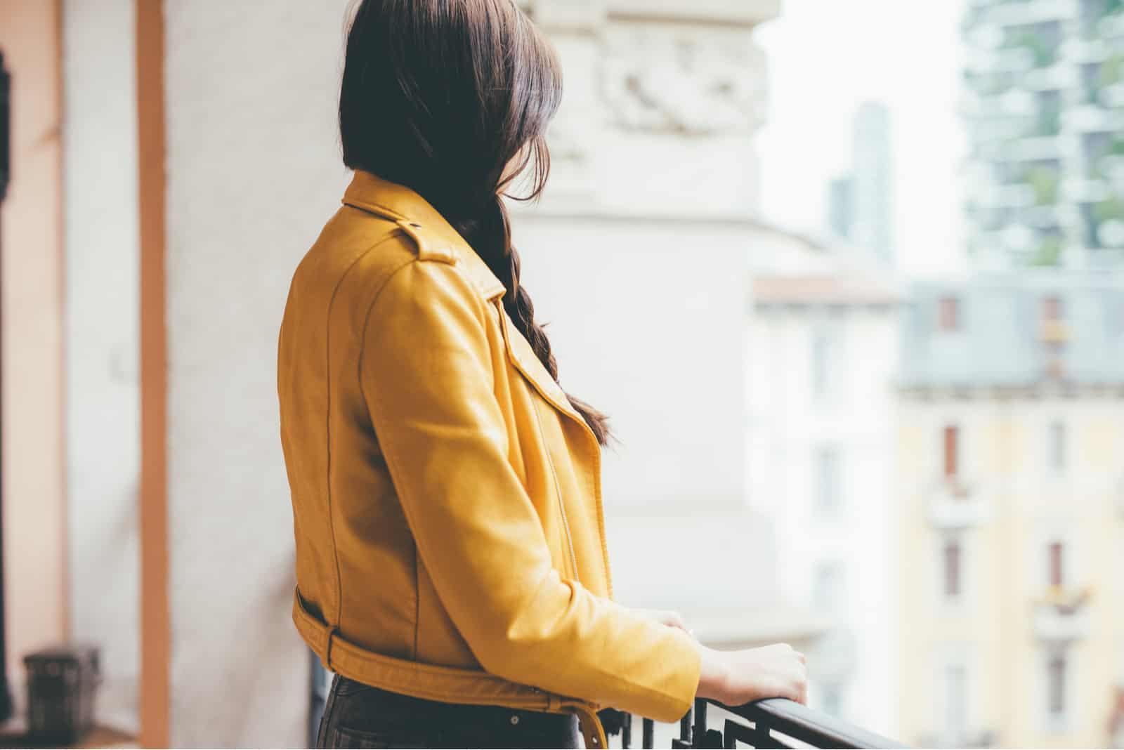 femme portant une veste jaune
