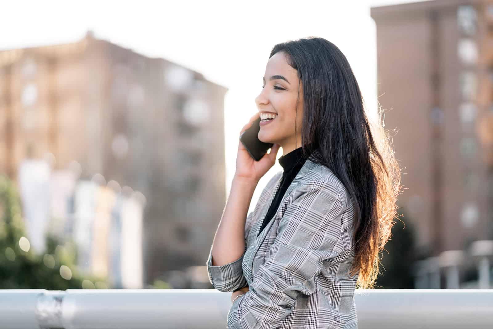 jeune femme daffaires ayant une conversation au téléphone