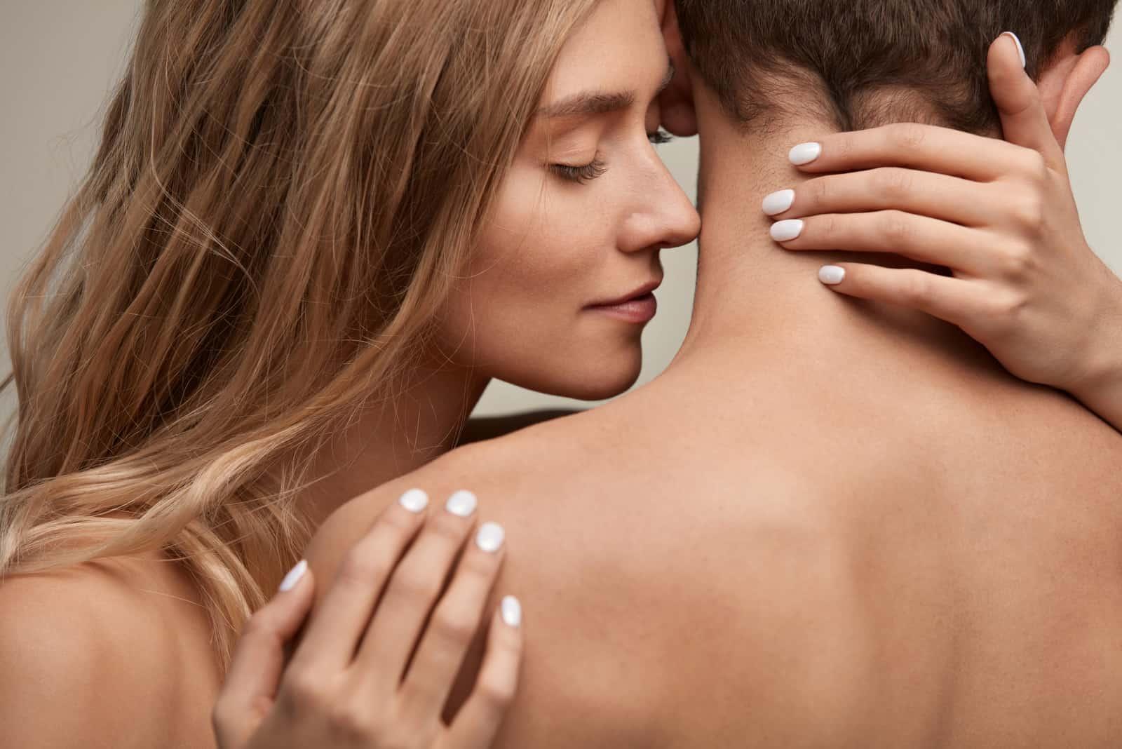 la femme a serré l'homme dans ses bras alors qu'ils étaient nus