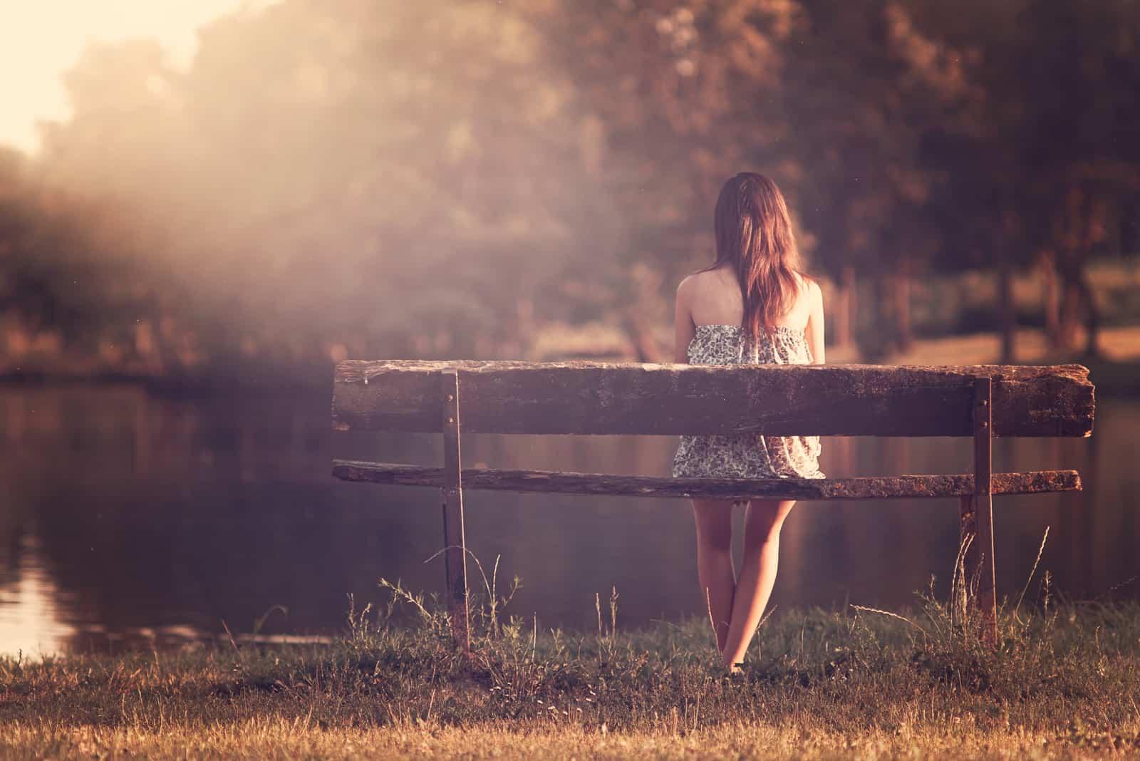 la femme est assise sur un banc